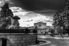 Театр и фонтан Bolshoi в Москве в ноче черно-белой стоковые изображения rf