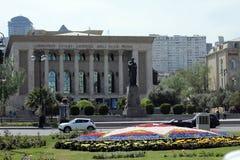 Театр драмы Азербайджана национальный академичный с памятником Fizuli в фронте Стоковая Фотография