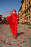 Театр улицы раскройте представление костюмированное улицей молодых актеров стоковая фотография