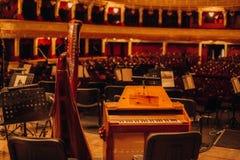 Театр contrabas рояля музыкальных инструментов на сцене стоковые фотографии rf