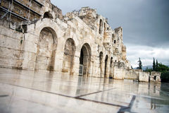 Театр Herodes акрополя с городом Афин на предпосылке Стоковые Изображения RF