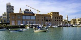 Театр Margherita и удить шлюпку строки в старой гавани Бари стоковые фотографии rf