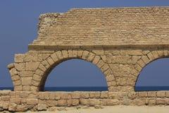 театр maritima caesarea мост-водовода римский Стоковое Изображение