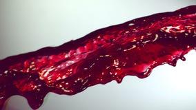 теките сок виноградины, замедленное движение, белая предпосылка сток-видео