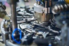 Текстильная промышленность с вязать машинами в конце фабрики вверх стоковое изображение rf