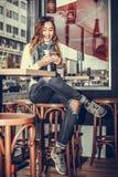 Текстовое сообщение женщины печатая на умном телефоне стоковые фото