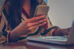 Текстовые сообщения женщины на умном телефоне Фокус в наличии стоковая фотография