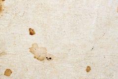 Текстура античной moldy бумаги с грязью пятнает, пятна, целлюлоза включений, коричневая предпосылка текстуры картона, grunge стоковое изображение