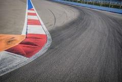 Текстура асфальта гонки мотора и красной белой обочины Закройте вверх на цепи улицы Grand Prix Стоковые Изображения RF