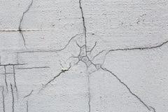 Текстура белой пакостной треснутой стены Малые прямые отказы Сразу трещиноватость на покрашенной поверхности Борозда клеток Стоковое Фото