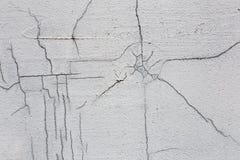 Текстура белой пакостной треснутой стены Малые прямые отказы Сразу трещиноватость на покрашенной поверхности Борозда клеток Стоковые Изображения RF
