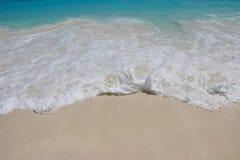 Текстура белого песка с кристаллом - чистой водой Волна моря на beac Стоковое Фото