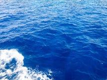 Текстура бурля голубого влажного естественного моря чисто воды с волнами, пузырями, белой пеной, брызгает, брызгает, падает Backg Стоковая Фотография RF