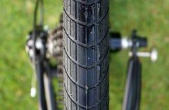 Текстура велосипеда автошины на предпосылке травы стоковое фото rf