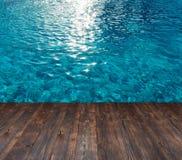 Текстура воды в бассейне и места для текста на деревянной предпосылке Стоковые Фото