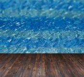 Текстура воды в бассейне и места для текста на деревянной предпосылке Стоковая Фотография