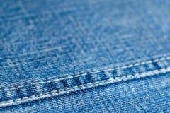 Текстура голубого материала джинсовой ткани с концом-вверх шва, стоковая фотография rf