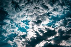 Текстура голубого неба с хмурыми облаками Обои дизайна с космосом для текста стоковые фотографии rf