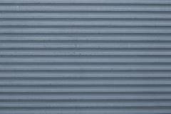 Текстура голубой и серой рифленой металлической поверхности Голубая ребристая предпосылка с нашивками, прямыми линиями Современна стоковые изображения rf