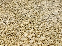 Текстура: гравий задавленный штрафом Художнические сбросы от природных объектов Малые золотые камни мела стоковая фотография rf