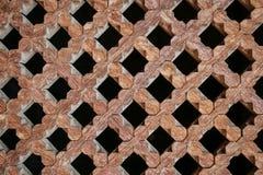 Текстура деревянной стены с резным изображением в форме геометрического Стоковое Фото