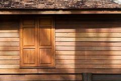 Текстура деревянных стены и окна традиционного тайского дома стиля Стоковое Изображение