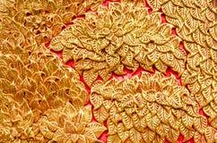 Текстура дерева цвета штукатурки золотого на Wat Prathat Lampang Luang Стоковые Фотографии RF