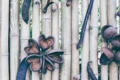 Текстура загородки планки старого коричневого тона бамбуковая для предпосылки стоковые фото