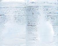 Текстура замороженной воды падает холодный лед, бутылки с водой, предпосылка льда Стоковые Фотографии RF