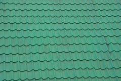 Текстура зеленых пакостных гонт крыши на крыше Стоковое Изображение