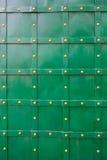 Текстура зеленой старой двери металла с заклепками для предпосылки Стоковые Изображения