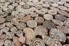 Текстура индийской предпосылки Om подписывает, листает, ветвь дерева, цветочных узоров блоков печати, для традиционной ткани Стоковые Изображения RF