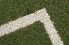 Текстура искусственной травы на угловой линии Оно использовано в спорт стоковые фотографии rf