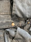 Текстура и предпосылка от ткани джинсовой ткани джинсов в квартире положенной все еще стоковая фотография rf
