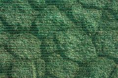 Текстура каменной стены предусматриванной с защитной зеленой сеткой стоковая фотография