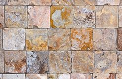 Текстура каменной стены, травертин кроет смотреть на черепицей стоковое фото rf