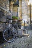 Текстура камня и булыжника, велосипеда на улице города Стоковая Фотография