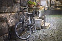 Текстура камня и булыжника, велосипеда на улице города Стоковая Фотография RF
