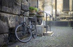 Текстура камня и булыжника, велосипеда на улице города Стоковые Фотографии RF