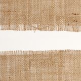 Текстура квадрата мешковины гессенского с изнашиваемыми краями на белой предпосылке Стоковые Изображения RF