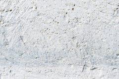 Текстура конца-вверх глубокая бело-покрашенного пористого камня на фасаде здания Облицеванная текстура предпосылки стены стоковое изображение rf