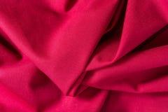 Текстура красной хлопко-бумажной ткани с произвольными загибами и волной, абстрактной предпосылкой стоковые фотографии rf