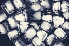 Текстура кубов льда на темной предпосылке Стоковые Изображения RF