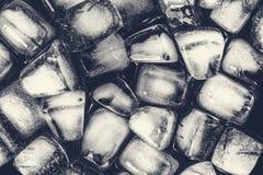 Текстура кубов льда на темной предпосылке Стоковое Изображение RF