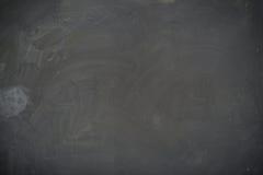Текстура классн классного (доски). Пустая пустая черная доска с трассировками мела Стоковое Фото