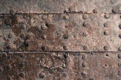 текстура металла ржавая Обитая железная плита Заклепки на старое встреченном ржавом Стоковые Фотографии RF