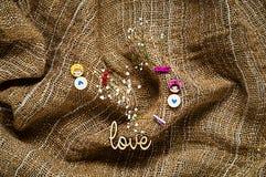 Текстура мешковины с сердцами, концепцией праздника и романтичной предпосылкой Стоковые Фото