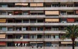 Текстура многоэтажной стены дома с балконами и окнами Стоковая Фотография RF