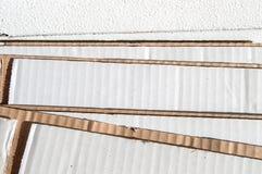 Текстура наслоенной белой коричневой стороны картона сложенный картон Стоковые Изображения