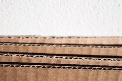 Текстура наслоенной коричневой стороны картона кладет сложенный картон в коробку Стоковое Фото